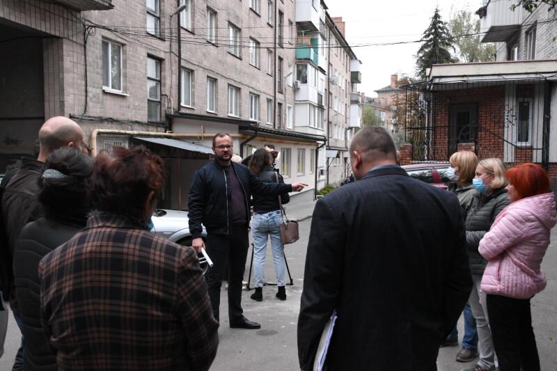 Зношена каналізація та сміття: на що нарікають мешканці багатоквартирного будинку у центрі Луцька