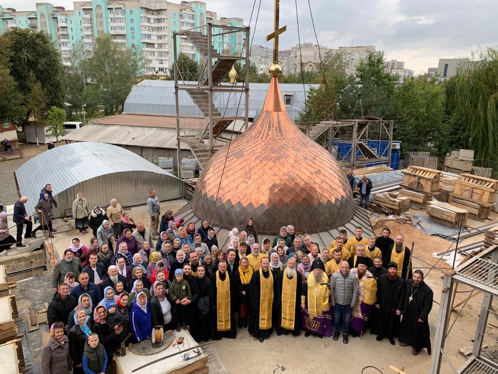 У Луцьку встановили третій купол на недобудованому соборі УПЦ МП