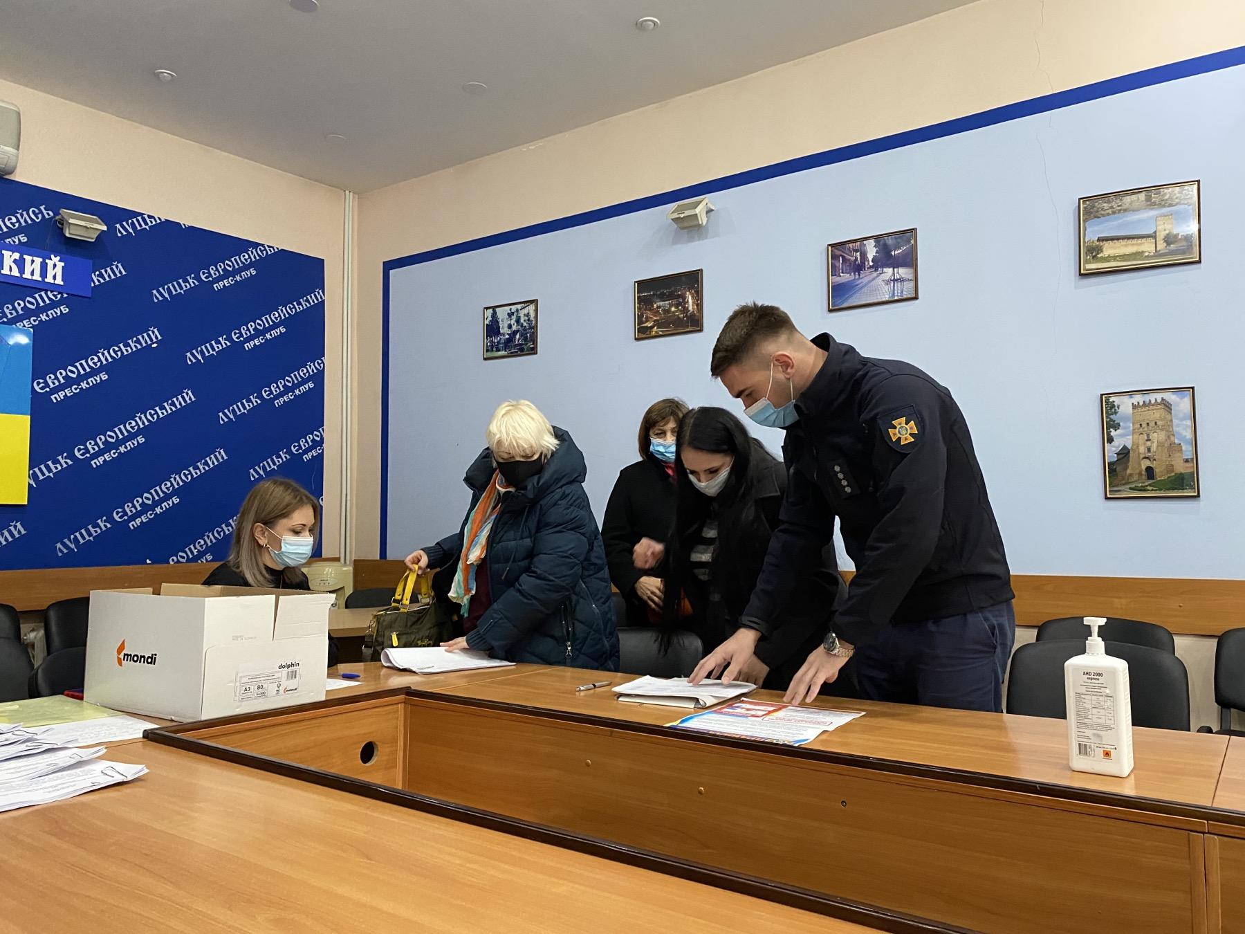 Рятувальники провели інструктажі на виборчих дільницях у Луцьку та у Любомльському районі