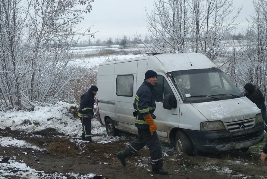 На Волині за добу рятувальники вивільнили з кюветів два автомобілі