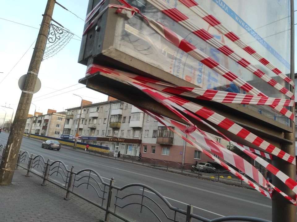 У Луцьку виявили небезпечні для життя рекламні конструкції
