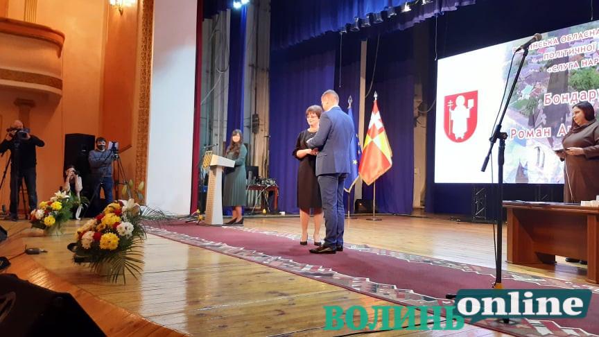 Депутатам нового скликання Луцької міськради вручають посвідчення