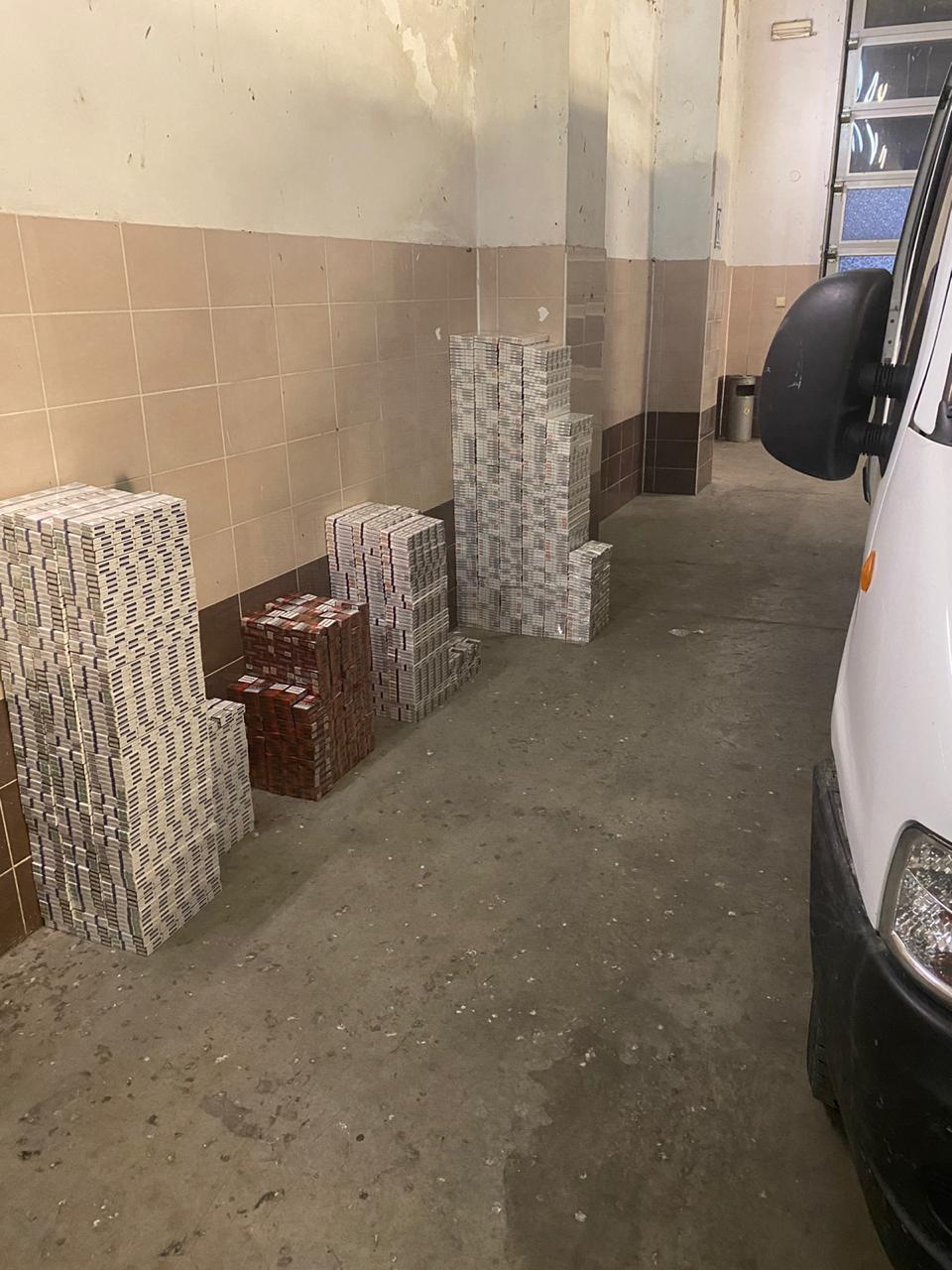 У «Ягодині» у двох мікроавтобусах прикордонники виявили понад 10 тисяч пачок сигарет