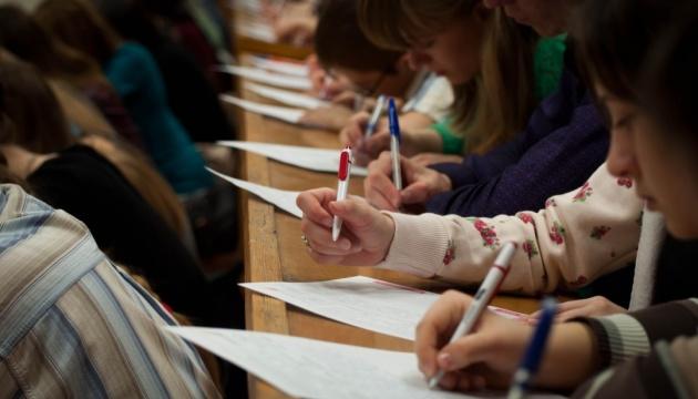 У понеділок українці писатимуть XX Радіодиктант національної єдності