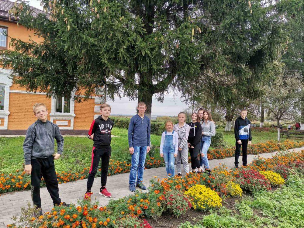 У селі поблизу Луцька висадили «Алею випускників»