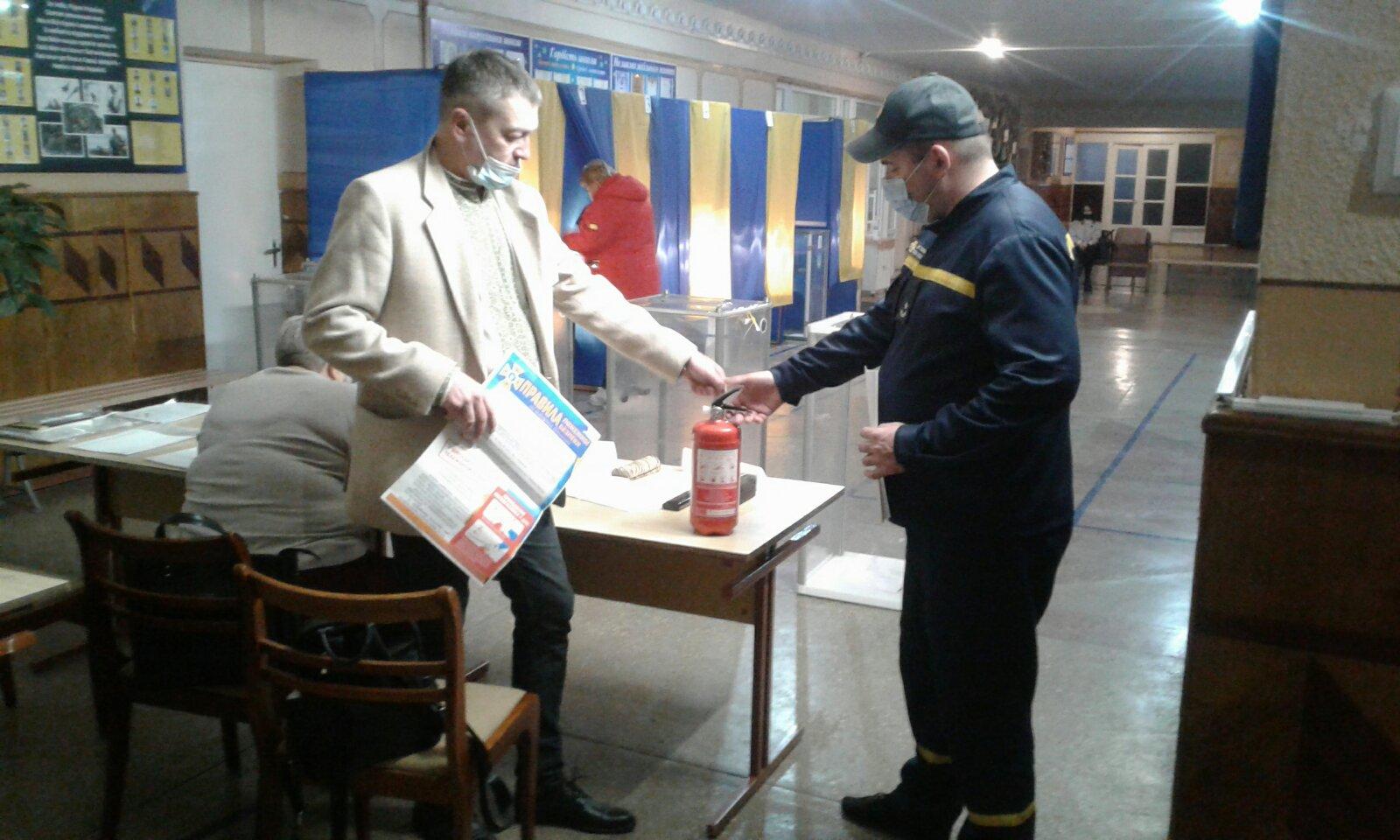 Рятувальники забезпечують пожежну безпеку під час повторних виборів на Волині