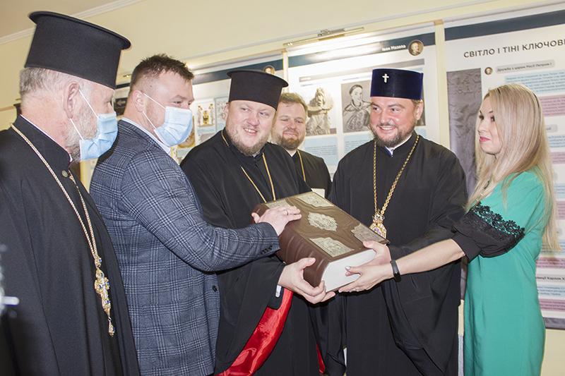 Нововолинському музею передали факсимільне видання Пересопницького Євангелія