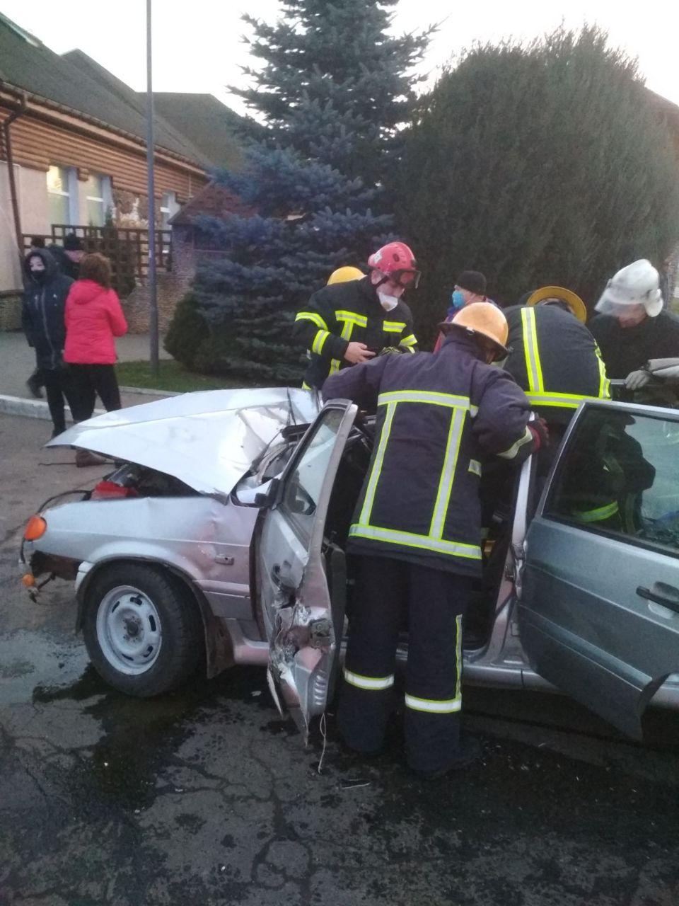 Волинські рятувальники допомогли вибратися з авто чоловіку, який постраждав внаслідок ДТП