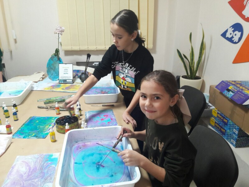 У Луцьку організували майстер-клас з малювання на воді у рамках роботи інтеграційних студій