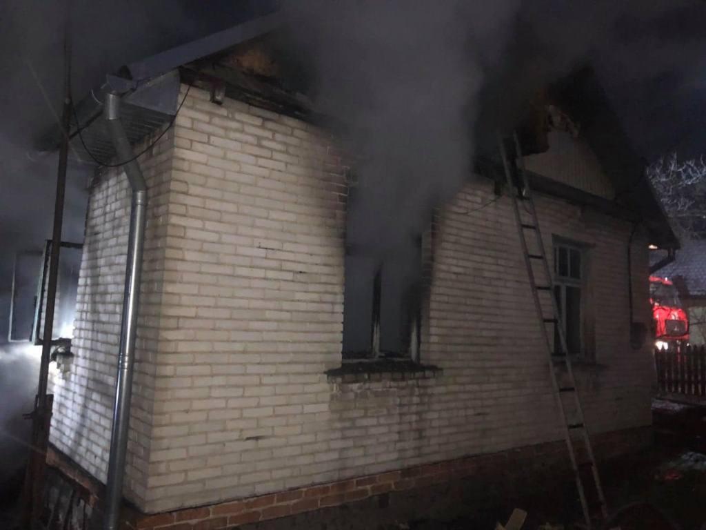 У місті на Волині врятували подружжя пенсіонерів під час пожежі