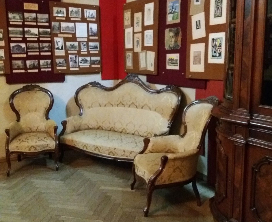 Антикварні меблі у стилі бароко поповнили колекцію музею на Волині