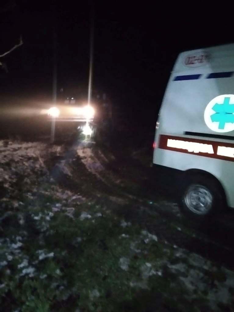 На Волині застрягло у багнюці авто швидкої допомоги
