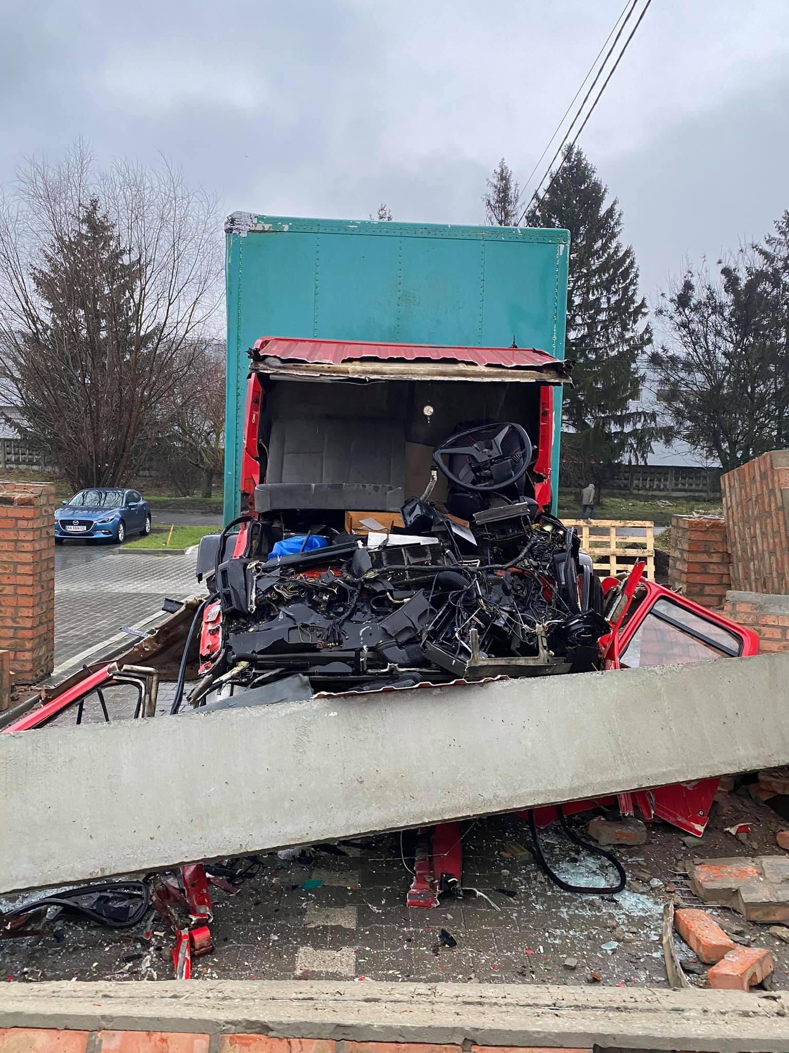 У Луцьку вантажівка розбилась вщент об бетонну арку