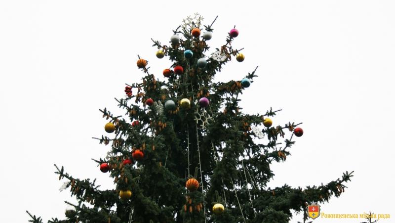 У Рожищі прикрашають новорічну ялинку