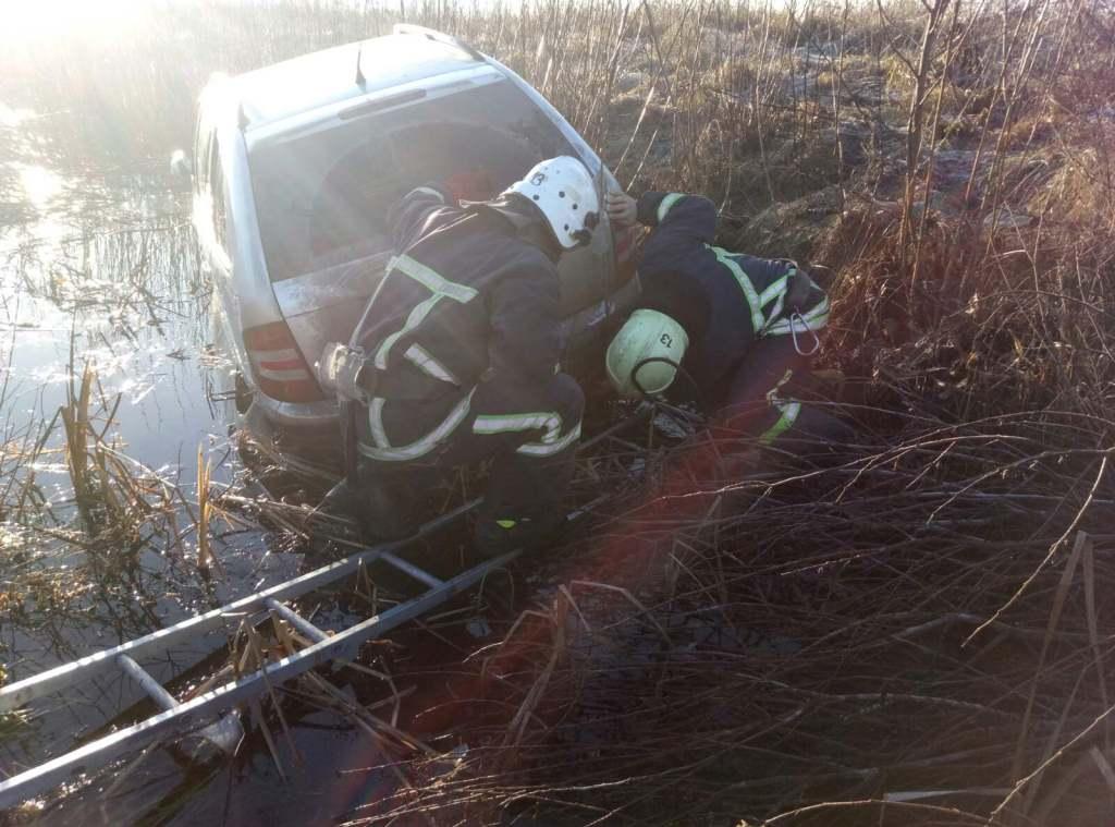 На Волині рятувальники витягували легкову автівку з кювету
