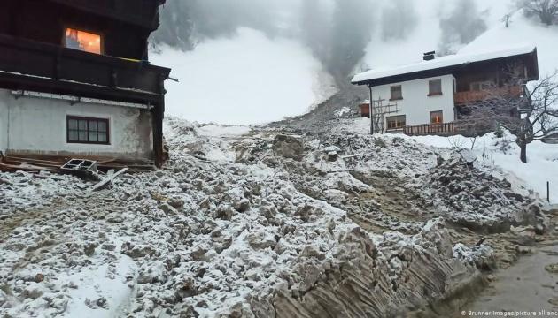 Снігопад у Альпах спричинив транспортний хаос та загрозу лавин
