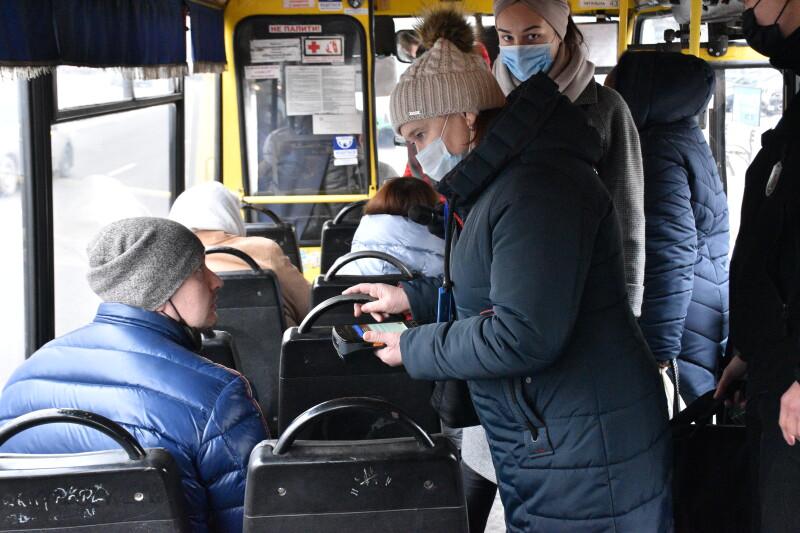 У Луцьку перевіряли, чи оплачують пасажири проїзд електронним квитком