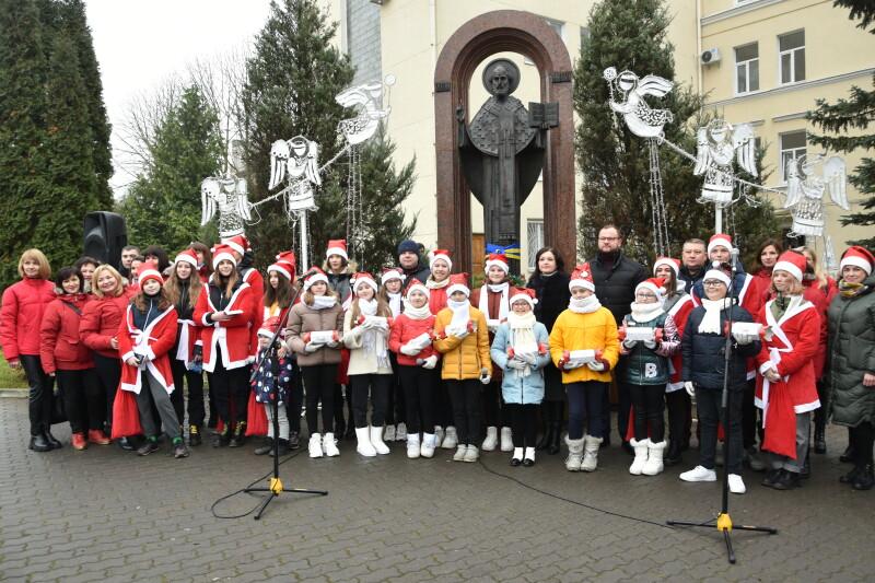 «Миколай пам'ятає про всіх»: у Луцьку волонтери розвозять подарунки діткам з інвалідністю