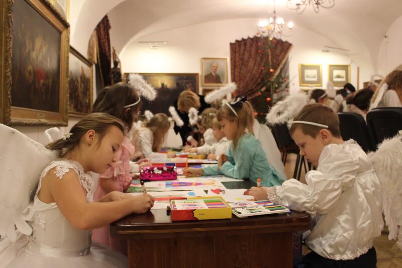 Маленькі лучани малювали різдвяних янголів та святого Миколая
