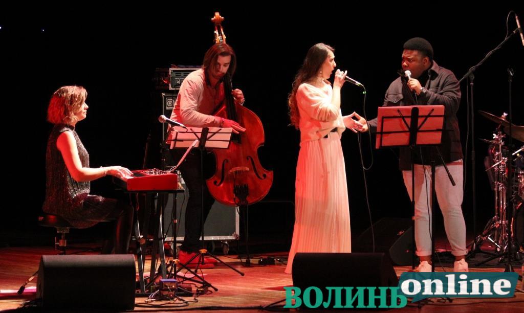 Американські різдвяні хіти та українські щедрівки: у Луцьку лунав різдвяний джаз