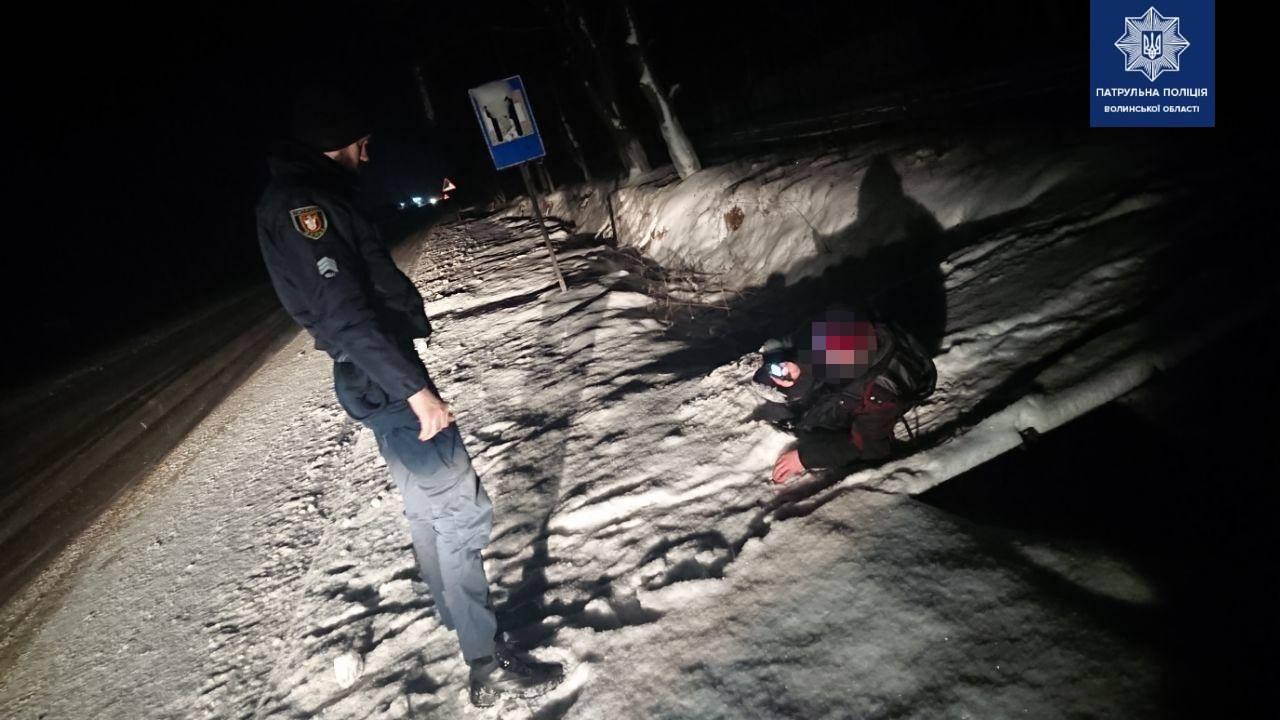 Луцькі патрульні врятували від морозу двох людей