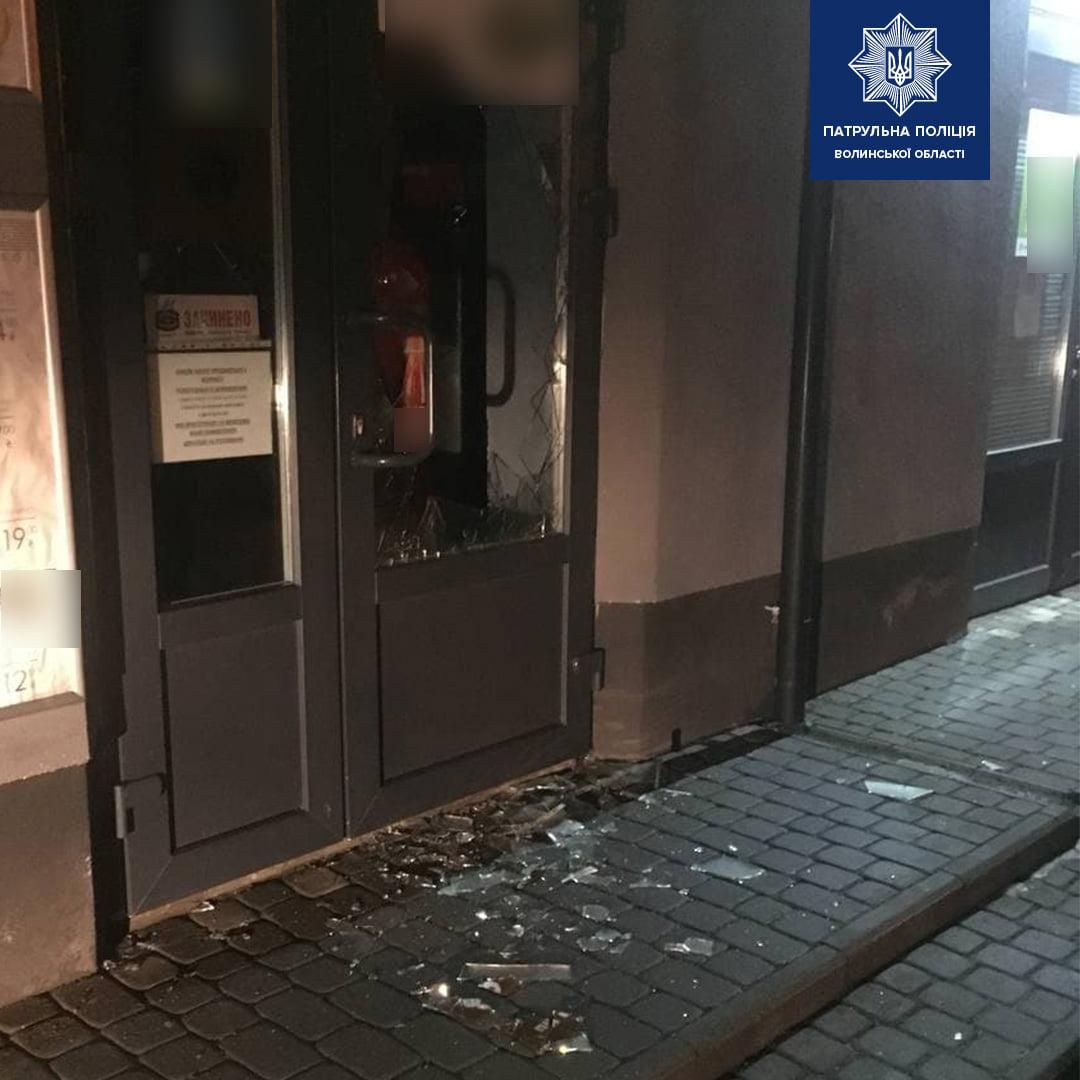 Луцькі патрульні затримали чоловіка, який проник до магазину