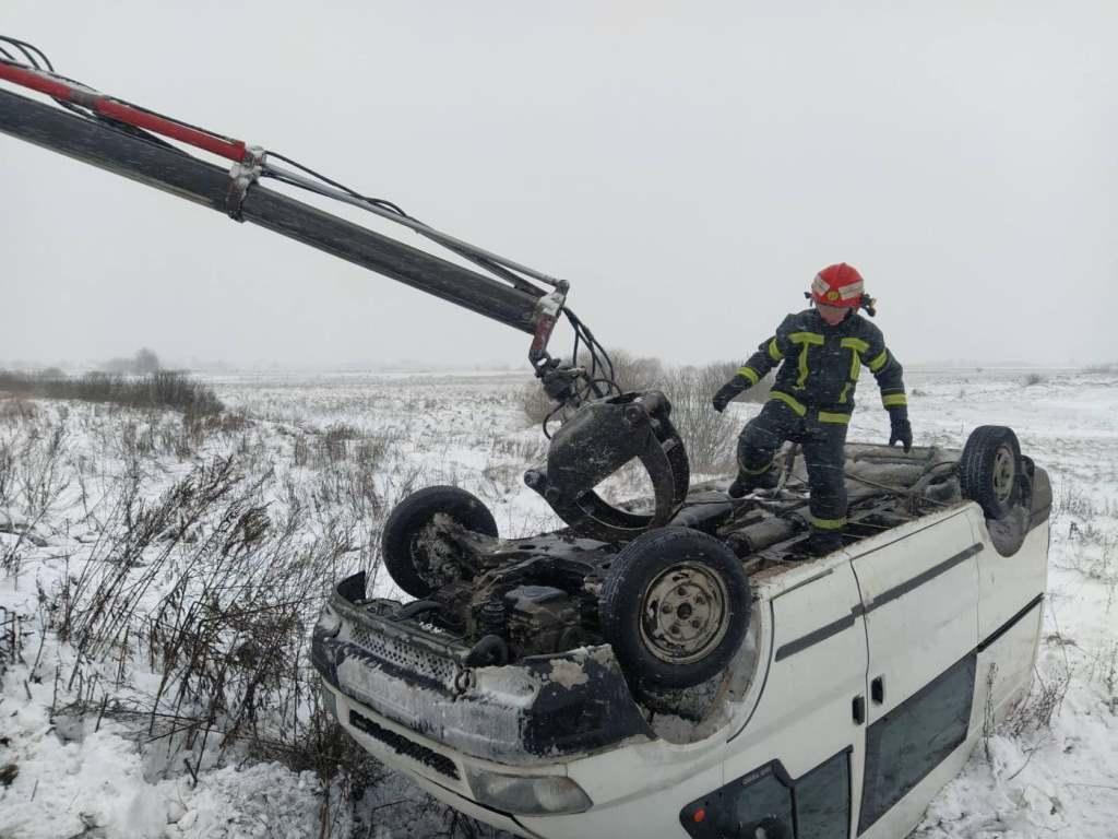 На Волині вивільнили зі снігових заметів понад два десятки авто