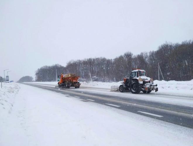 Снігопад та хуртовини на Волині: місцеві дороги розчищає понад 30 одиниць техніки