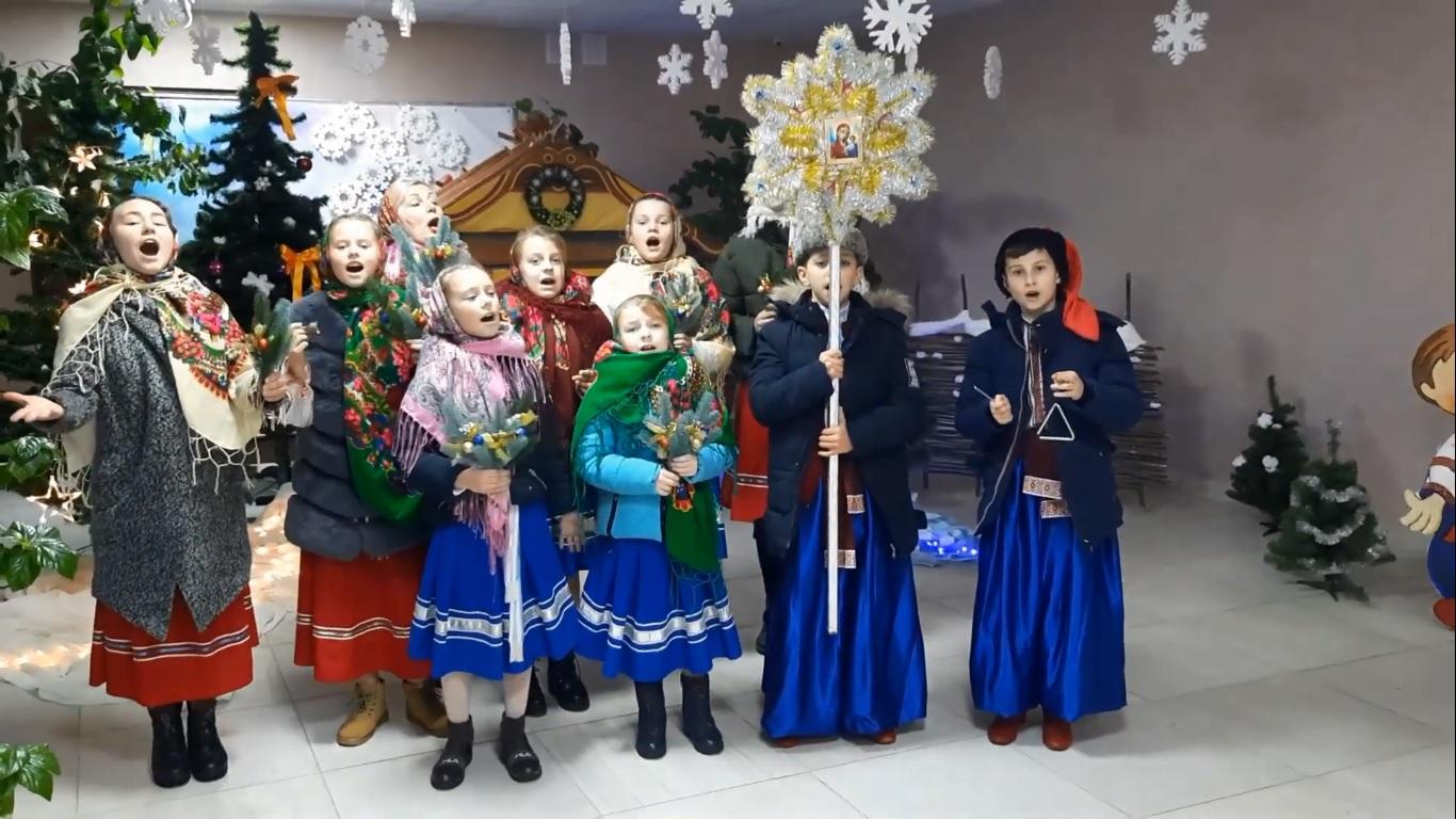 Школярі Боратинської громади вітають волинян різдвяними піснеспівами