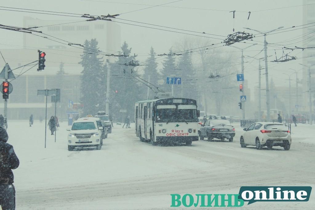 Очікують сильні снігопади: лучан просять не залишати автомобілі вздовж доріг