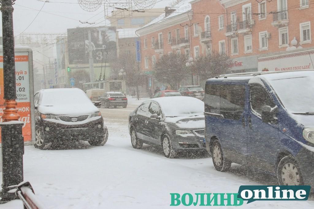 Будуть сильні снігопади: лучан просять не залишати авто вздовж доріг