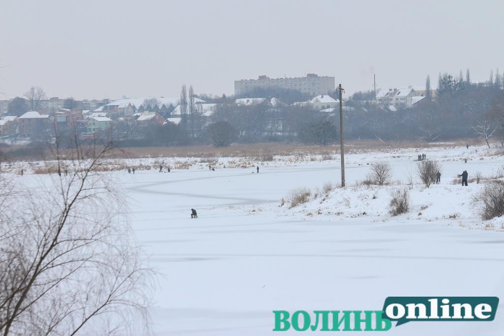 Крижана краса та риболовля: замерзлий Стир у Луцьку. ФОТОРЕПОРТАЖ