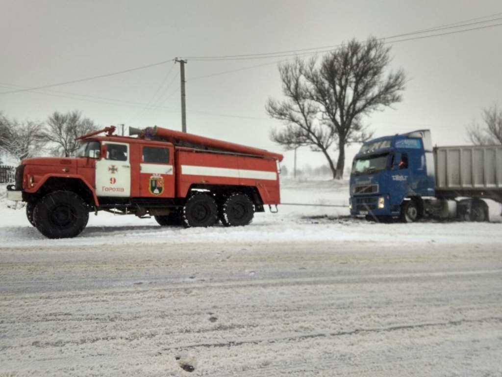 Рятувальники на Волині ліквідовують наслідки ДТП, що трапилися через негоду