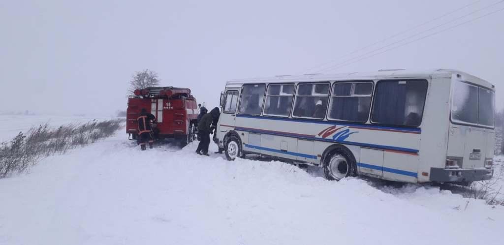 На Волині у снігову пастку потрапив шкільний автобус