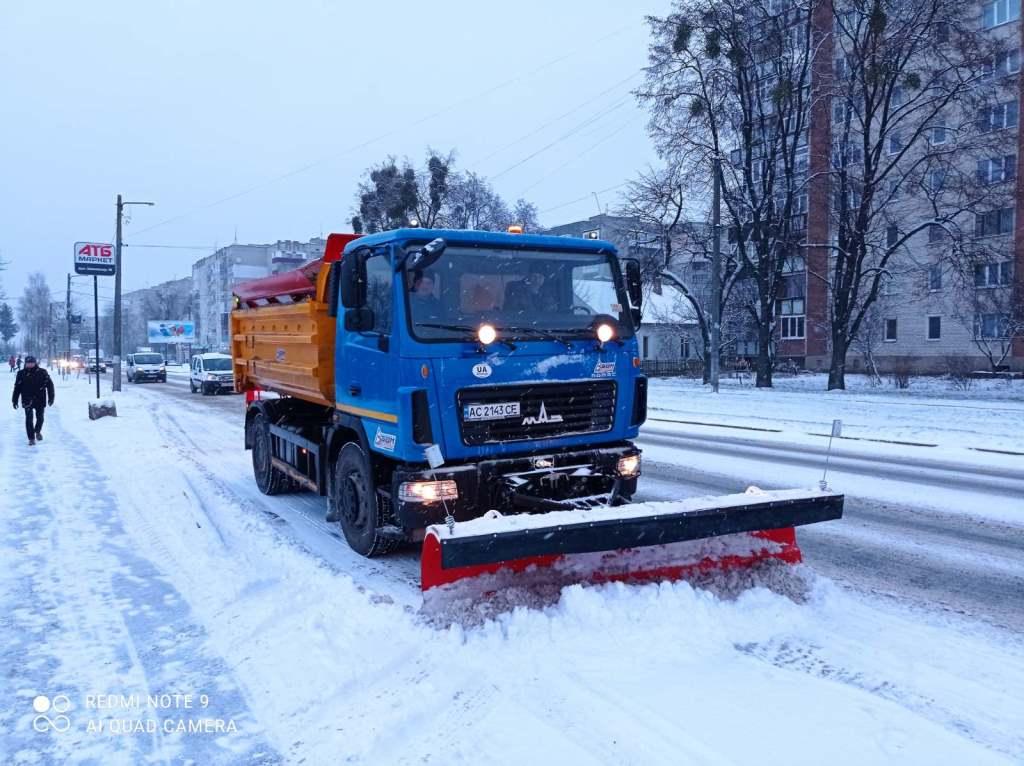 У Ковелі на дорогах і тротуарах працює снігоочисна техніка