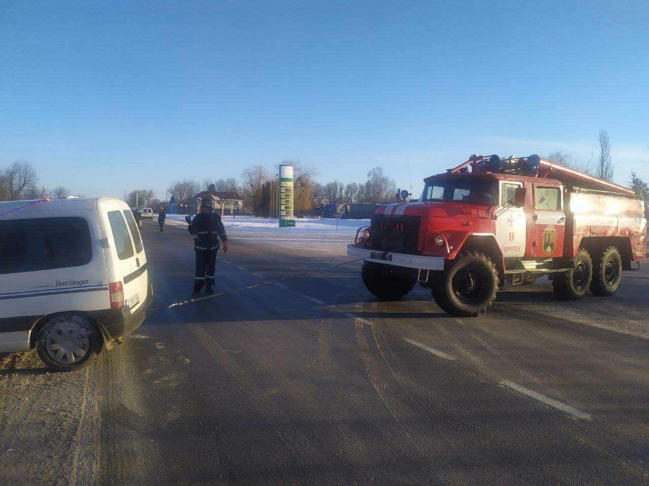 На Волині рятувальники витягли авто з кювету