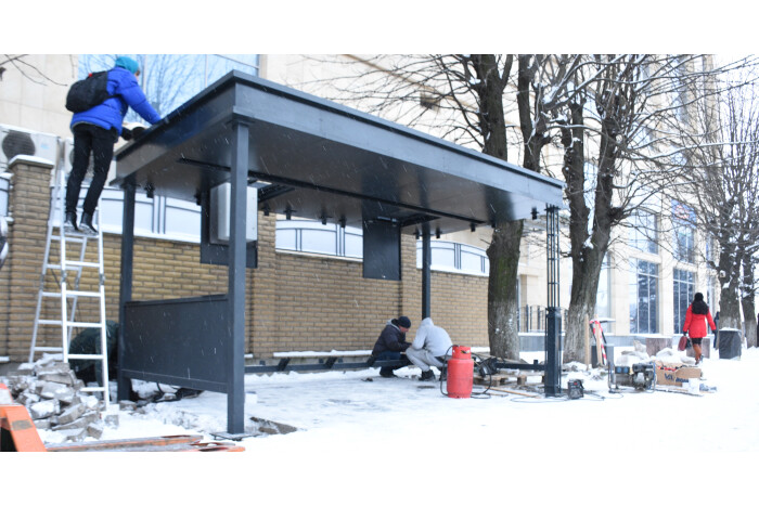 У центрі Луцька встановлюють першу «розумну зупинку»