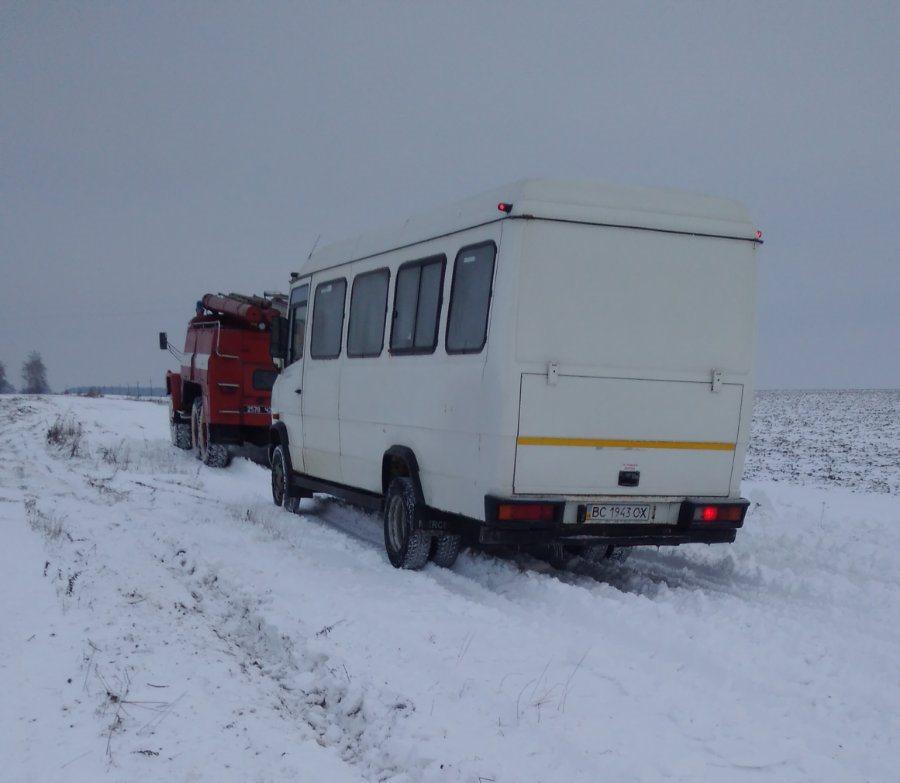 Рятувальники на Волині визволили зі снігового полону рейсовий автобус та службове авто