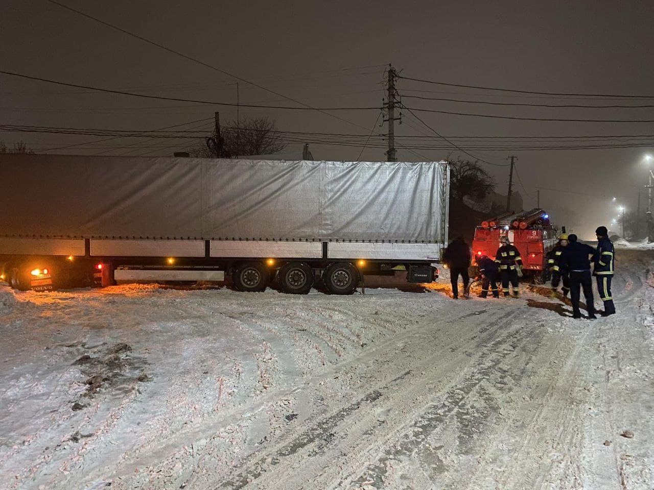 На Волині рятувальники відбуксирували шість авто, що опинилися у сніговому полоні