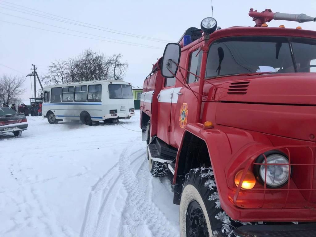 На Волині вивільнили зі снігового замету шкільний автобус із дітьми