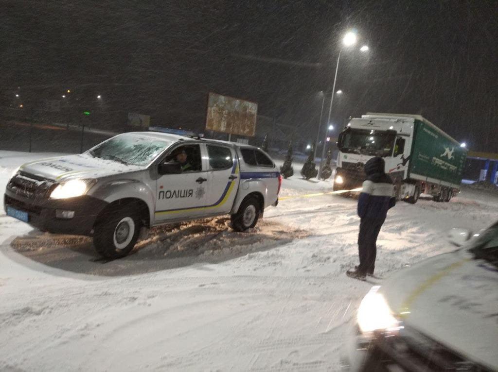 Поліцейські допомогли десяткам волинян, які опинилися у сніговому полоні
