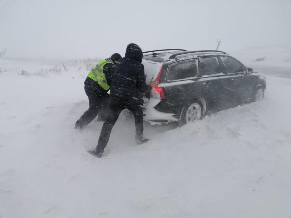 Поліцейські на Волині допомагають учасникам дорожнього руху під час негоди