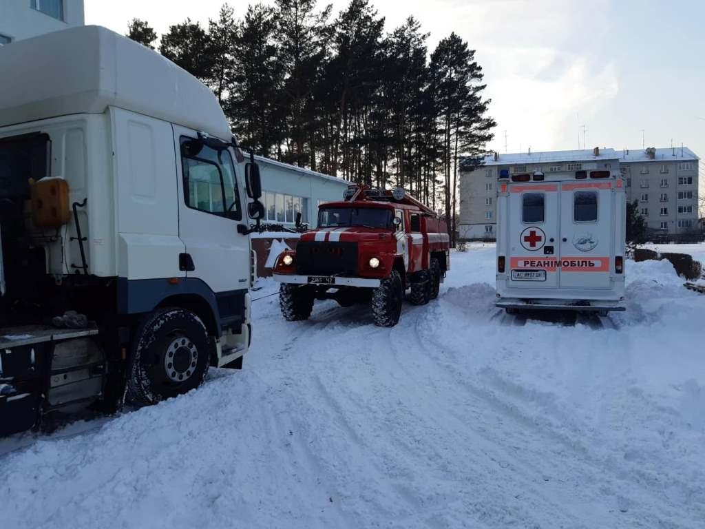 На Волині рятувальники вивільнили зі снігових заметів два автомобілі швидкої допомоги