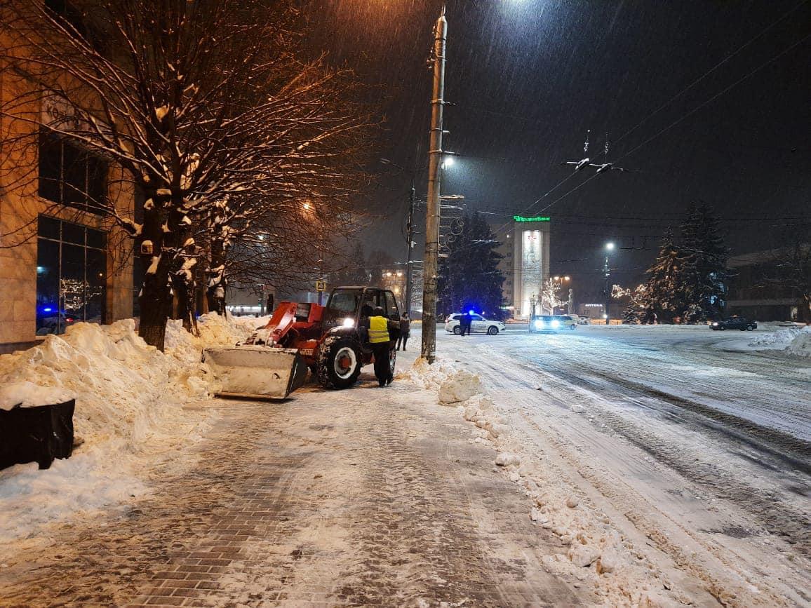 Поліщук показав, як вночі чистили вулиці від снігу