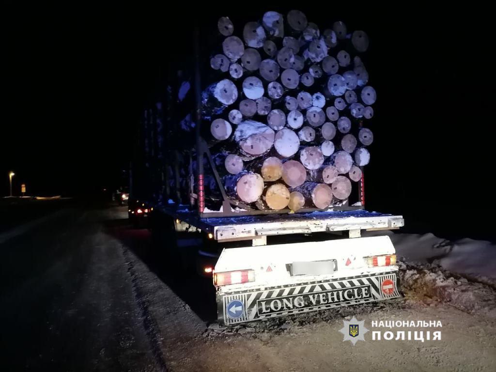 На Волині виявили вантажівки з підозрілим лісом