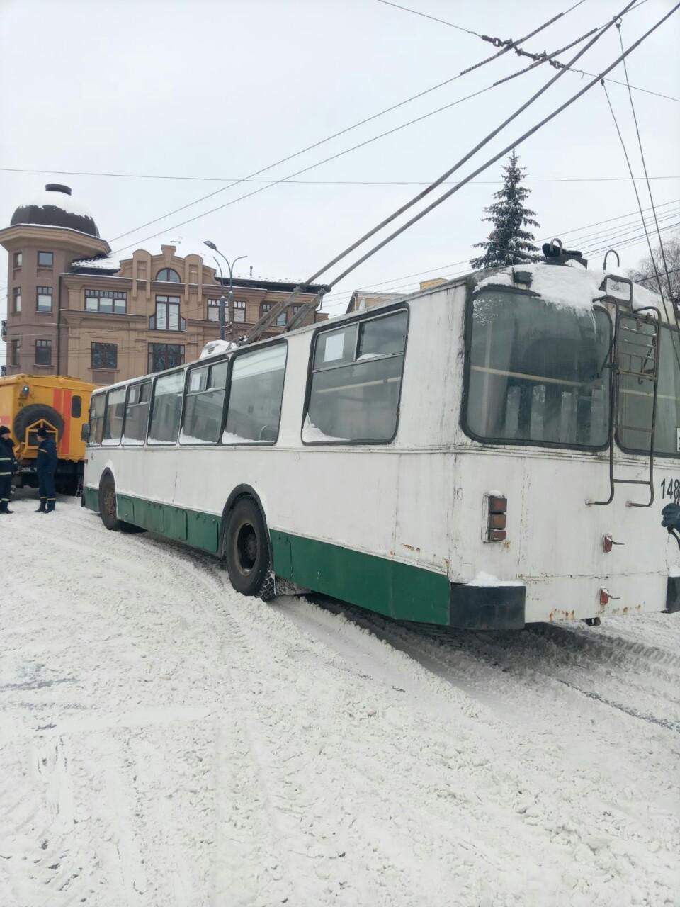 У Луцьку рятувальники вивільнили зі снігових заметів дві вантажівки та тролейбус