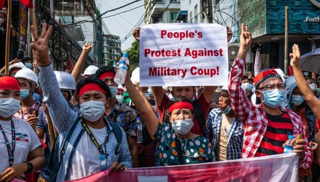 «Не хочемо військової диктатури!»: тисячі людей вийшли на протести у М'янмі