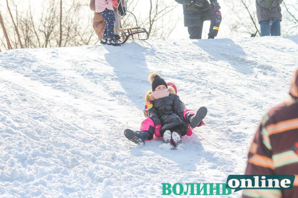 Розваги лучан серед снігових гір. ФОТОРЕПОРТАЖ
