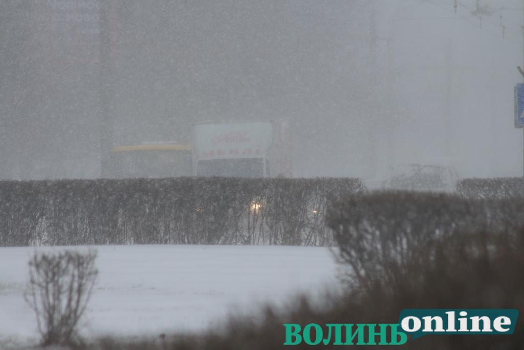 У Луцьку патрульні визволили чоловіка зі снігу