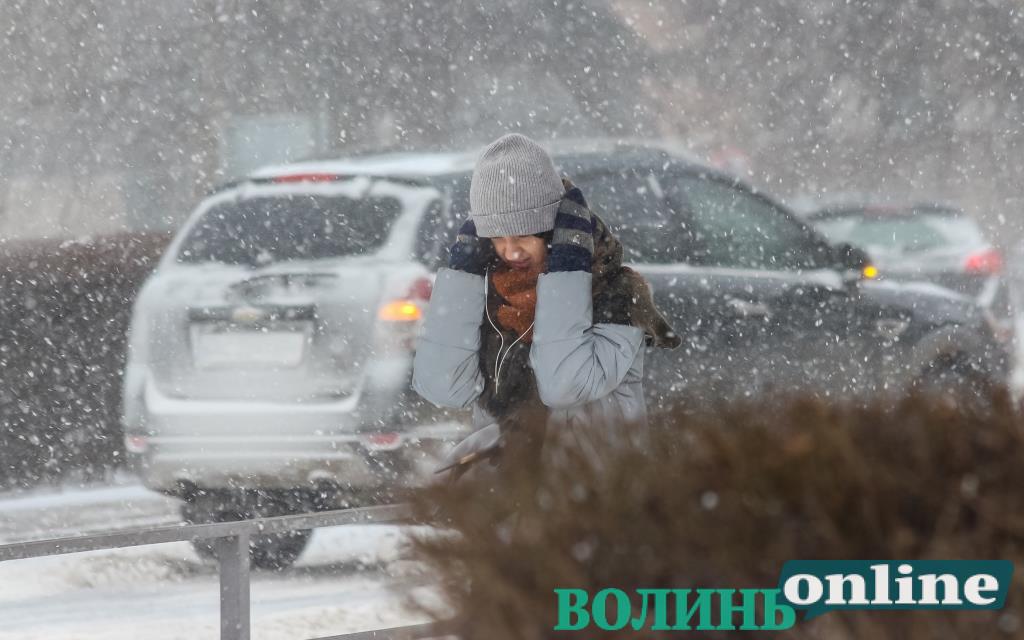 Екстремальний снігопад у Луцьку. ФОТОРЕПОРТАЖ
